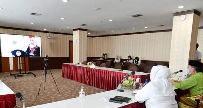 Wagub Kepri, Hj. Marlin dan Kadis Pariwisata Kepri, Buralimar Mendengarkan Pidato Ibu Negara Iriana Joko Widodo.