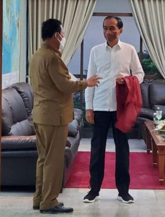 Gubernur Ansar Berbincang Dengan Presiden Jokowidodo Terkait Usulan Pembangunan Di Provinsi Kepri Di Ruang VIP Bandara Hang Nadim Batam (Foto Humpro)