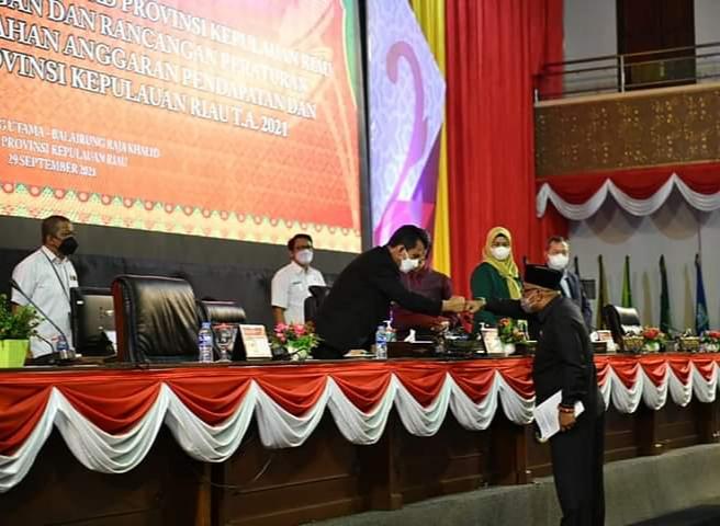 Foto Gubernur Ansar Hadiri Rapat Paripurna DPRD-Kepri Saat Pengesahan APBD-Perubahan TA.2021