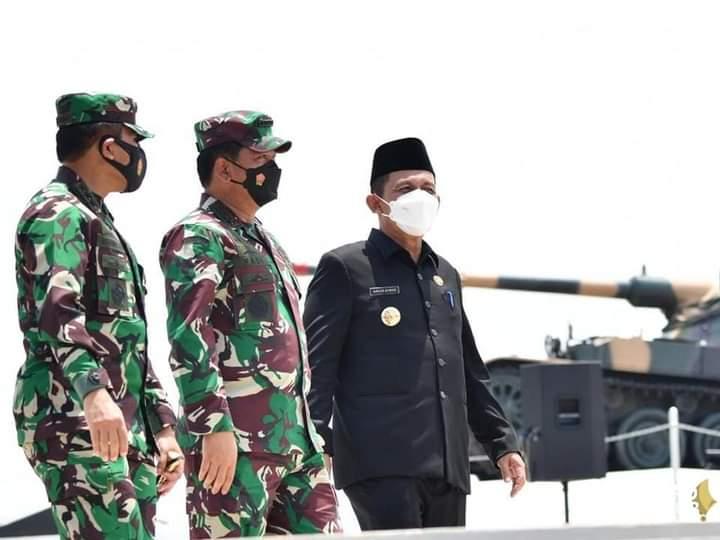 Panglima TNI Marsekal TNI Hadi Tjahjanto dan Gubernur Kepri, H. Ansar Ahmad Saat Meninjau Monumen Tri Matra