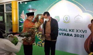Pengalungan Bunga Kepada Gubernur Ansar Saat Tiba Di Provinsi Maluku Utara