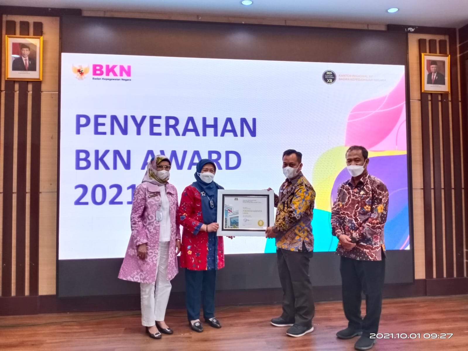 Bupati Lingga, M. Nizar Saat Menerima Penghargaan BKN Award Dari BKN RI