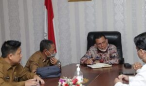 Gubernur Ansar Saat Rapat Membahas Persoalan Listrik Di 3 Desa Di Kabupaten Bintan