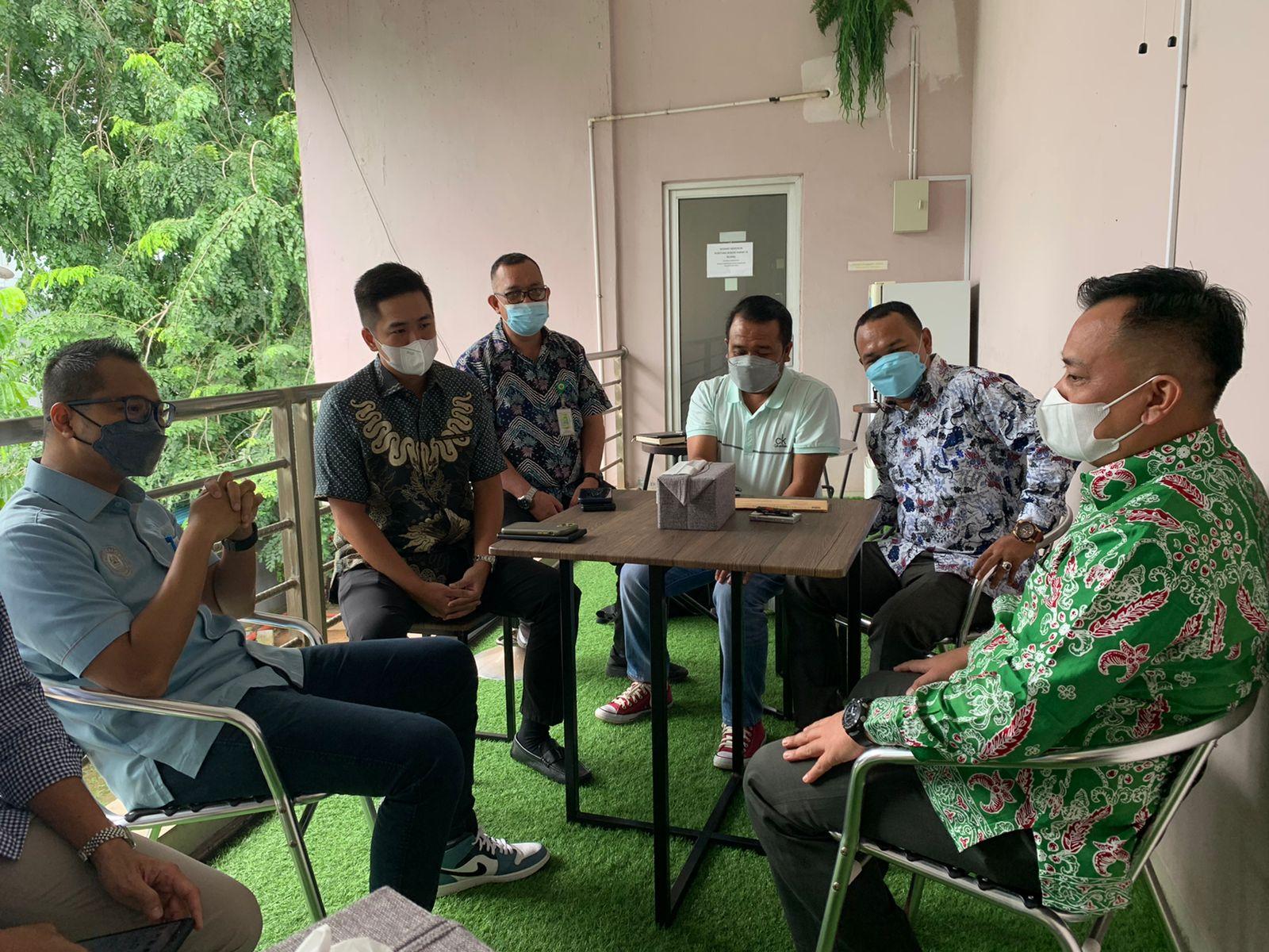 Bupati Lingga, M.Nizar (batik hijau) Saat Melakukan Kunker Ke Pertamina Divre Kepri Di Kota Batam, Selasa (05/10)