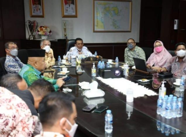 Gubernur Ansar Saat Memimpin Rapat Persiapan Proyek Pengembangan Jalan Menuju Klenteng Senggarang Tanjungpinang (foto Humpro)