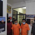 Mantan Kepala Desa Limbung (AM) dan Kaur Keuangan Desa Limbung (KMZ) Berbaju Tahanan Saat Digiring Ke Sel Usai Ditetapkan Sebagai Tersangka Kasus Korupsi Dana Desa Limbung