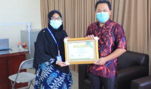 Kepala Pelayanan Unit Radiologi Linda Permana Komalasari, S.Tr. Rad, Bersama Direktur RS Permata Bekasi dr. Muhammad Hikam Alimy, M.Kes menunjukkan penghargaan, Sabtu (23/10/2021)