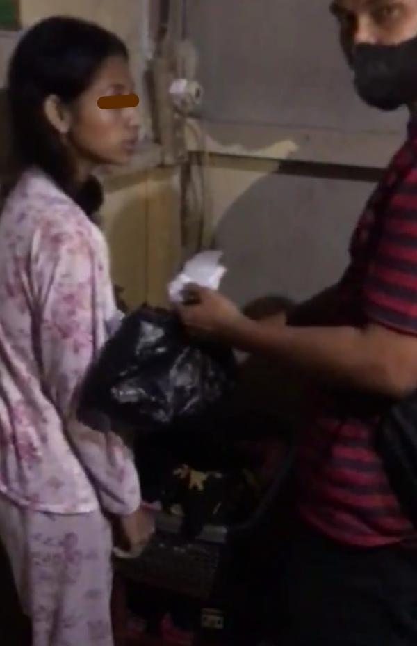 Tersangka NS Saat Diamankan Tim Satnarkoba Polres Tanjungpinang Di Kediamannya