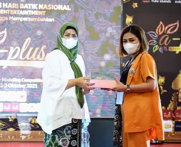 Ketua Dewan Kerajinan Nasional (Dekranasda) Provinsi Kepri, Hj. Dewi Kumalasari Mengajak Seluruh Masyarakat Kepri Untuk Membudayakan Memakai Batik Kepri.