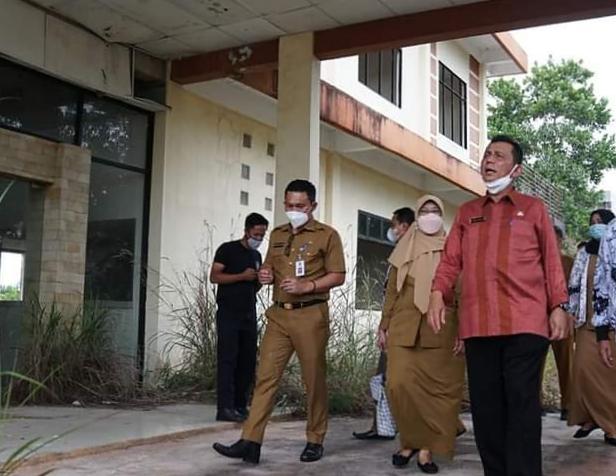 Gubernur Ansar Saat Meninjau Gedung Guru Di Senggarang Bersama PGRI