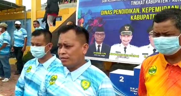 Bupati Lingga, M. Nizar (tengah) Didampingi Oleh Ketua DPRD Kabupaten Lingga Ahmad Nashiruddin dan Kepala Dispora Kabupaten Lingga Junaidi.