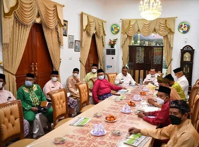 Gubernur Ansar Ahmad Saat Memimpin Ratas Dengan Pemkab Karimun Di Gedung Daerah Karimun, Rabu (13/10)