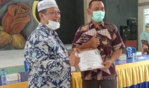Foto Kepala Sekolah SMKN 1 Singkep, Hajirun. S.Pd (kopiah putih) Saat Memberikan Piagam Penghargaan Kepada Insan Pers.