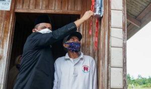Gubernur Ansar Saat Meresmikan Listrik Masuk Desa Di Salah Satu Rumah Warga Di Kabupaten Natuna Provinsi Kepri