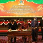 Gubernur Provinsi Kepri, H. Ansar Ahmad Dan Ketua DPRD Kepri, Jumaga Nadeak Tandatangani Perda PT. Pembangunan Kepri