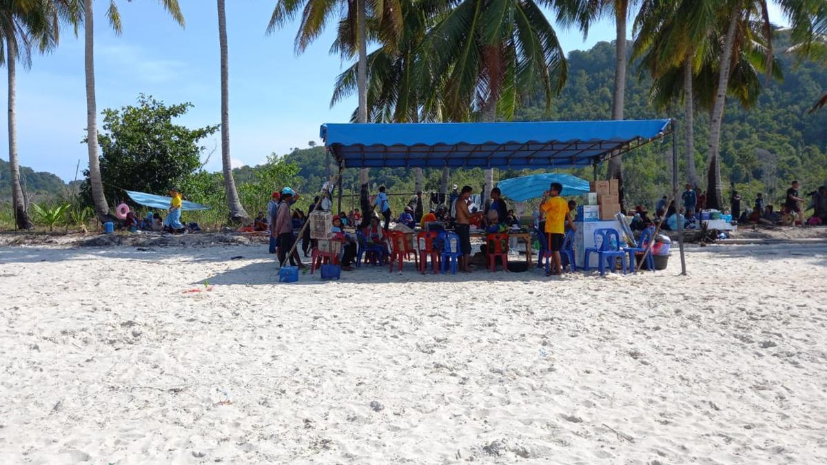 Pantai Desa Laboh di padati pengunjung yang ingin melakukan ritual mandi Safar