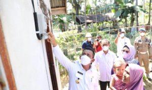 Gubernur Ansar Secara Simbolis Menghidupkan Listrik Disalah Satu Rumah Warga Yang Mendapat Aliran Listrik Dalam Program Kepri Terang