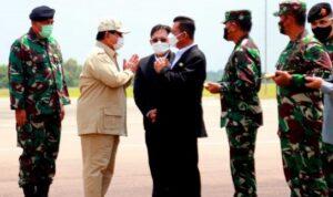 Gubernur Ansar Ahmad Saat Menjemput Kedatangan Menteri Pertahanan RI Prabowo Subianto Di Batam Selasa (26/10)